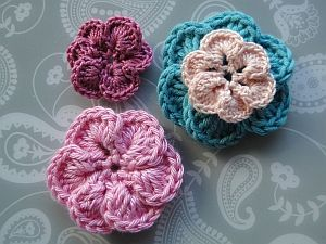 Crochet flowers with overlapping petals
