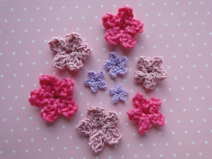 Crochet a five petal flower a set of flowers in different colors and weights dt1010fo